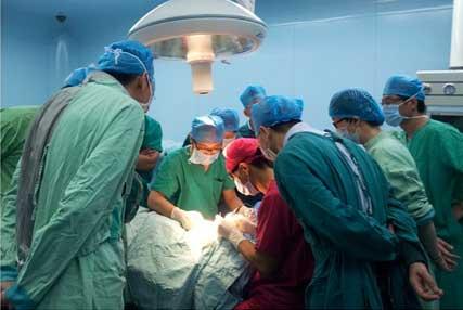 眼瞼下垂修正と全切開法による二重の手術見学している中国の先生