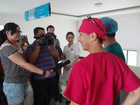 手術終了後、テレビカメラなど報道陣から取材を受ける福田院長