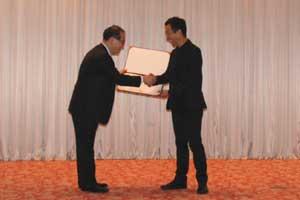 会長のJung先生から感謝状